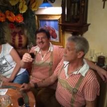 Die 2 Strawanzer bei einer gemütlichen Pause vom Gig zum 50er von Fritz Semper, Nickis Restaurant, Gmünd