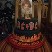 Kellnerinen machen ACDC Torte für Fritz Semper zum 50er, Nickis Restaurant, Gmünd