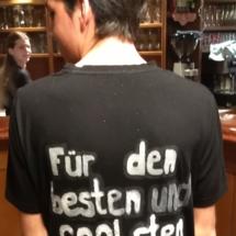 T-Shirts Sprüche zum 50er von Fritz Semper,Sohn Dominik von hinten, Nickis Restaurant, Gmünd