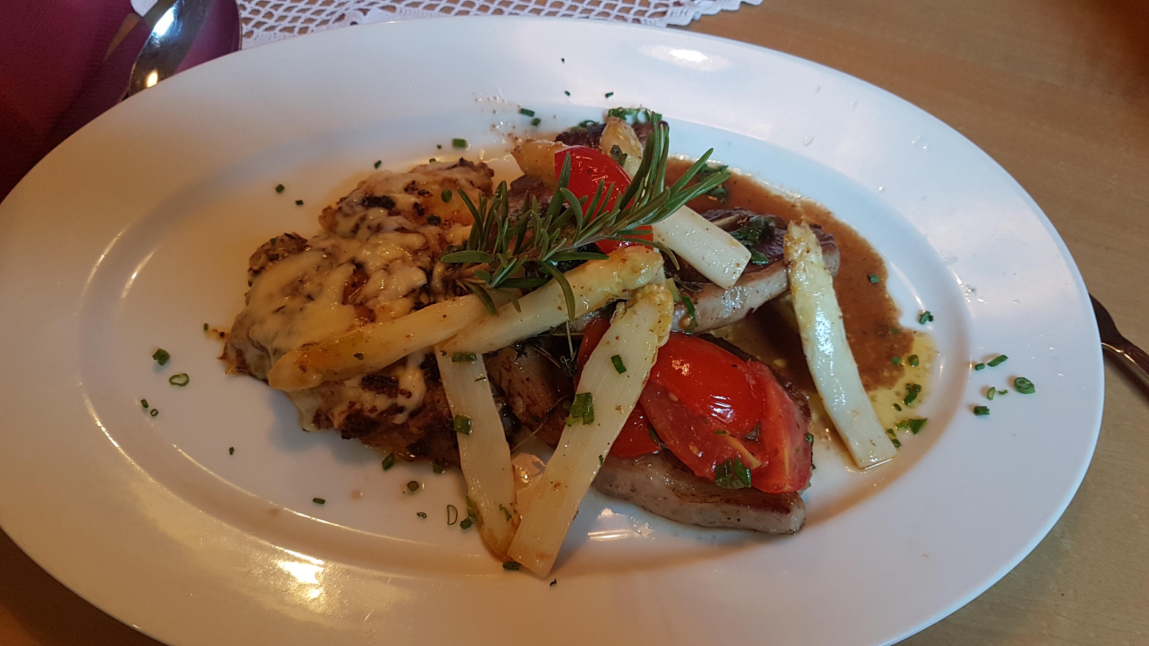 rosa gegrilltes Lammkotelett in Knoblauch-Tymianbutter mit Kartoffelgratin und glacierten Spargelspitzen, Nickis Restaurant, Fritz Semper, Gmünd