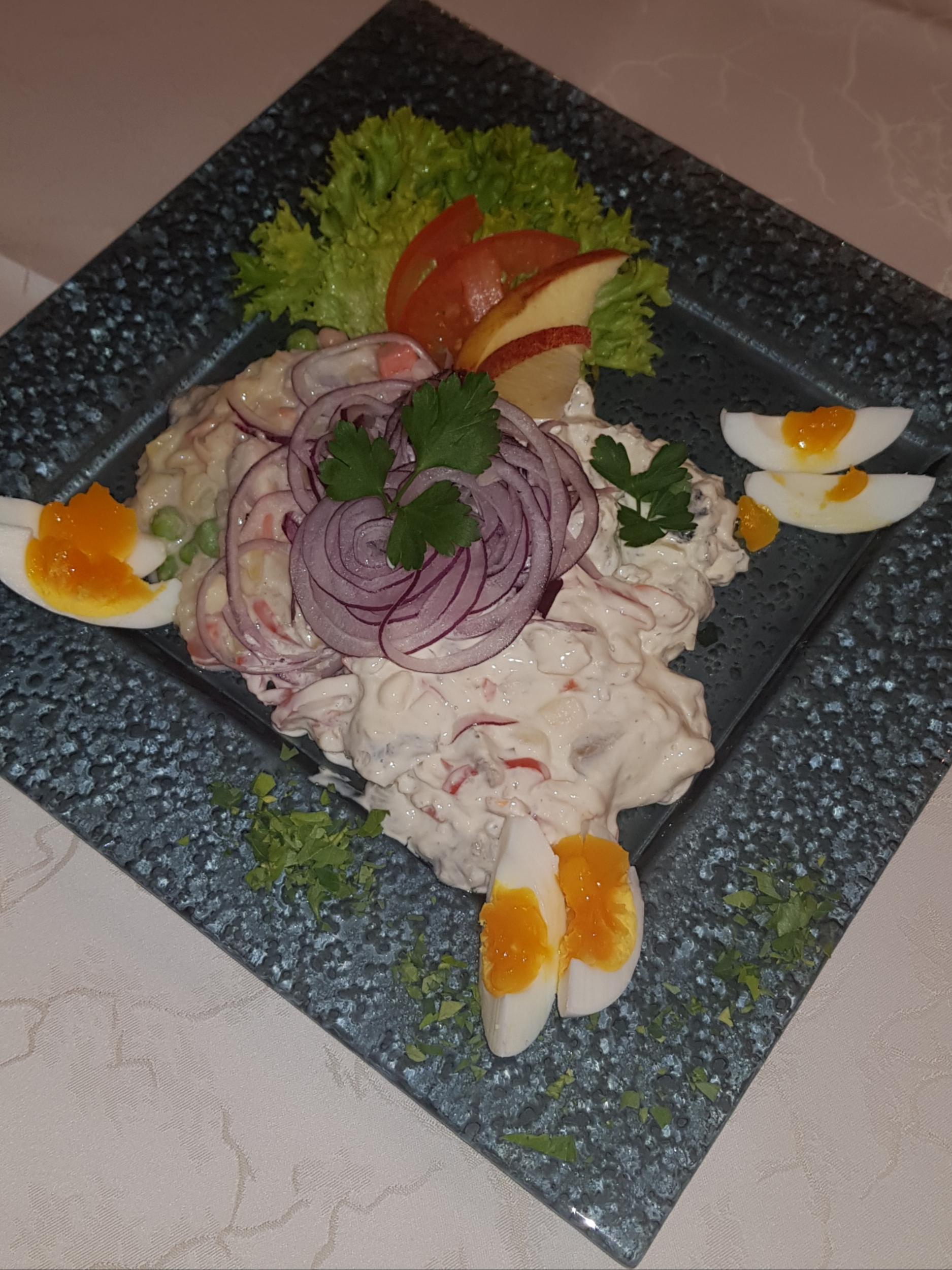 Heringstriologie, mit Zwiebeln, Ei und Dekor fein garniert, Nickis Restaurant, Gmünd