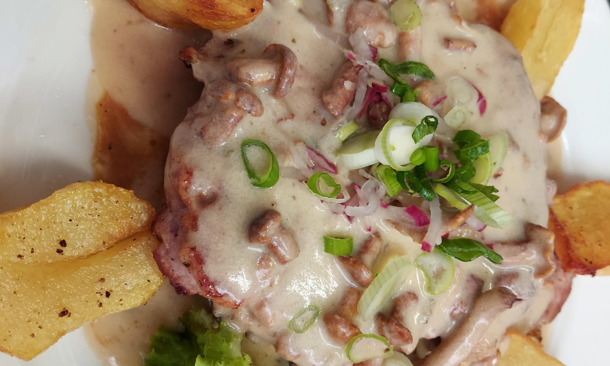 Gegrilltes Schweinskotelett mit Eierschwammerlsauce dazu Bratkartofferl, Nickis Restaurant, Fritz Semper, Gmünd